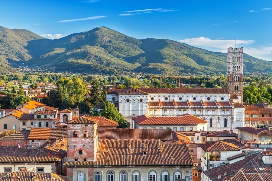 Пример фото архитектуры Италии, город в горах.